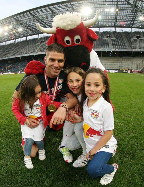 Hattrick als Torschützenkönig: Salzburgs Jonatan Soriano mit seinen Töchtern.