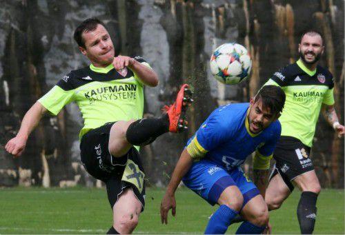 """Im Bild die zwei """"Brasilos"""" Grisley Muniz (links) und Marcelo Pinho (in Blau) im Kampf um den Ball."""