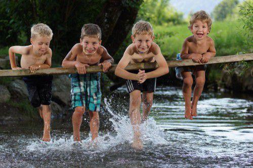 Im Einklang mit der Natur haben wir alles, was wir brauchen: Lukas, Paul, Julian und Lukas genießen Sonne und Wasser.
