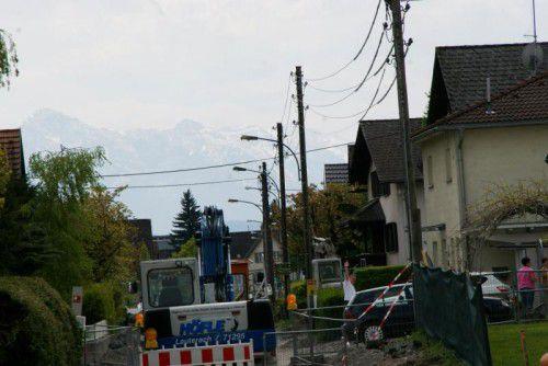 Im Zuge der Neugestaltung der Binsenfeldstraße werden auch die alten Strommasten ersetzt.