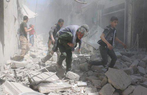 In der nordsyrischen Stadt Aleppo wird trotz vereinbarter Waffenruhe bombardiert.Verletzte werden aus der Gefahrenzone gerettet.