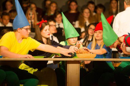 """Kreativleistung: """"Wie werden wir Schneewittchen wieder los"""" wird als Musical für Chor, Orchester und Schauspieler umgesetzt."""