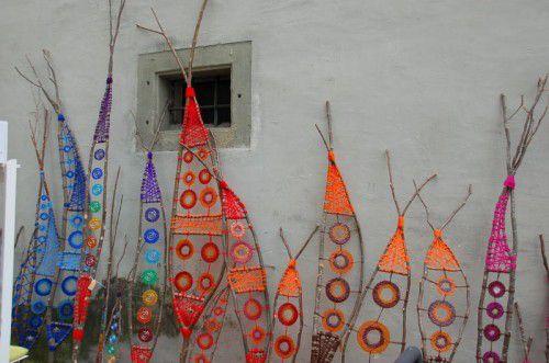 """Kunsthandwerkerinnen und Künstlerinnen präsentieren ihre Ware beim Kunsthandwerksmarkt """"Weibliche Welt"""" in Feldkirch."""