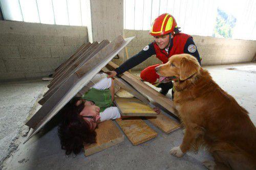 """Landesausbildungsreferentin Andrea Lux mit Rettungshund """"Geon"""" bei der Übung einer Rettungsaktion."""