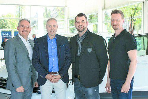 Luden ins Autohaus: Renato Schneider (l.) sowie Alexander Troisler mit Christian Grabher und Michael Troisler.