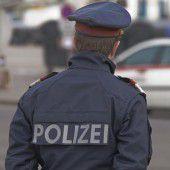 Ein falscher Polizist beim Eierwerfen zu Halloween