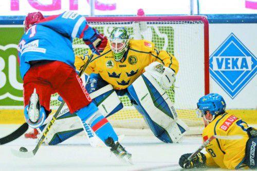 Mit einem 4:0 gegen Schweden schoss sich Russland für die WM warm. Im BIld Stürmer Vadim Shipachyov gegen Torhüter Jacob Markström.