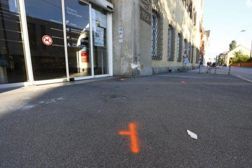 Nach Zeugenaussagen soll der Autofahrer Gas gegeben haben und genau auf die Gruppe zugefahren sein.