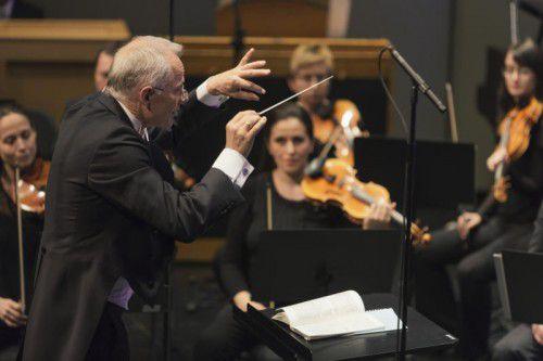 Ola Rudner sorgt am Pult des Symphonieorchesters Vorarlberg für musikalischen Witz, Verve, Dramatik und viel Feingefühl.
