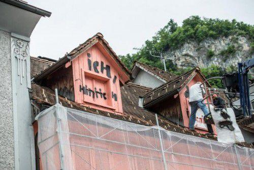 Seit einer Woche ist der Künstler Günther Bucher mit der Bemalung des Hauses in Hohenems beschäftig.