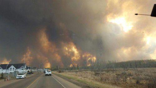 Seit Tagen kämpfen Feuerwehrleute in Kanada gegen das Feuer. Doch starker Wind facht die Flammen immer wieder an.