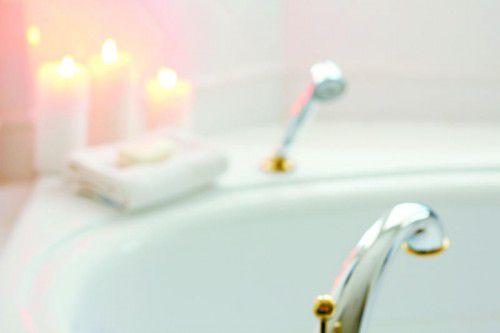 So lange nachts nicht exzessiv oft und lange Wasser läuft, ist Baden und Duschen erlaubt. Foto: Shutterstock
