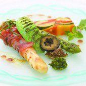 Eine Gemüseterrine mit Spargel