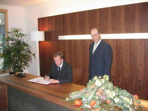 Stilgerecht: Werner Sallmayer trägt immer Anzug und Krawatte, wenn er auf dem Standesamt Ehen schließt.