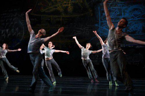 """Szene aus dem Stück """"Map"""" des Ensembles """"Shen Wei Dance Arts""""."""