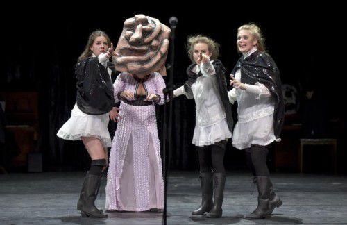"""Szene aus """"Romeo und Julia"""", inszeniert von Philipp Preuss und ausgestattet von Ramallah Aubrecht, am Wiener Volkstheater."""