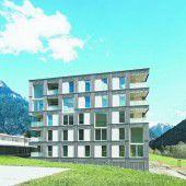Tetris im Haus und an der Fassade Bei genauem Hinsehen erkennt man die eingeschnittenen Loggien und die hohen Öffnungen vor den zweigeschoßigen Lufträumen.