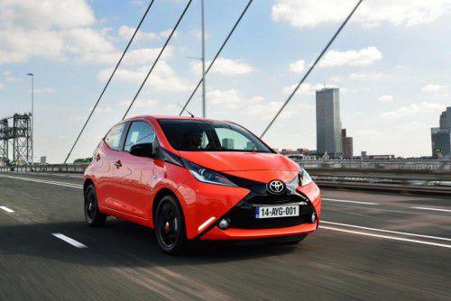 Toyota Aygo: Hinter der markanten Optik steckt ein flott-sportlicher Stadt-Floh mit praktischen Park-Eigenschaften.