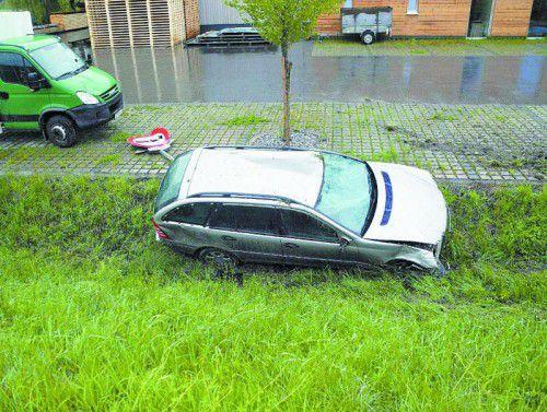 Unfallauto im Straßengraben: Insassen flüchteten.
