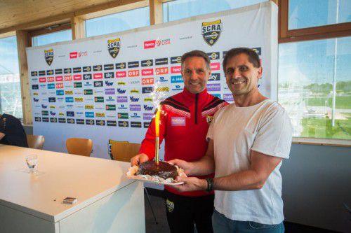 Von VN-Sportchef Christian Adam gab es für Geburtstagskind Damir Canadi (l.) einen Kuchen und die besten Glückwünsche.