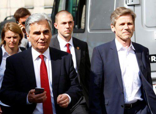 Werner Faymann (l.) und sein enger Vertrauter, der Kanzleramtsminister Josef Ostermayer, auf dem Weg in den Parteivorstand. In der SPÖ stehen nicht nur personelle Veränderungen an.