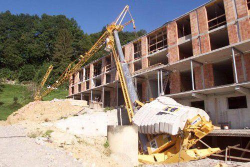 Wo gearbeitet wird, gibt es Unfälle: Wenn der Kran umstürzt, steht die Baustelle.