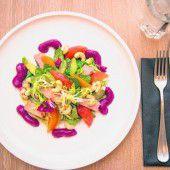 Bunter Salat mit Räucherfisch