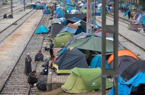 Zahlreiche Flüchtlinge campieren auf einem Bahnhofsgelände im griechischen Grenzort Idomeni.