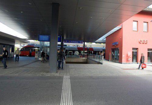 Am Bahnhof Dornbirn halten sich zurzeit kaum Notreisende aus Rumänien auf.