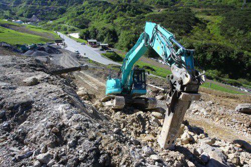 Bauarbeiten durch felsiges Gelände: neue Trassenführung für die Arlbergstraße. Foto: VN/Hofmeister