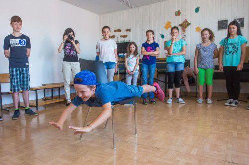 Beim Theaterworkshop mit Markus Riedmann verwandelte sich ein Stuhl schon einmal in Wasser, ein Skateboard oder einen Kamm.
