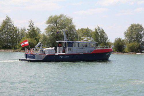 Das Segelboot musste von Einsatzbooten der Wasserrettung und der Seepolizei Hard freigeschleppt werden.