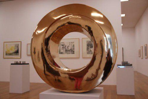 """Das """"Rad"""" aus glänzend polierter Bronze verkörpert Malins Konzentration auf Material und elementare wie symbolträchtige Formen."""