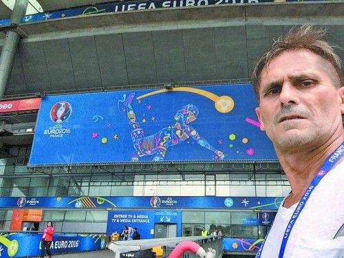 Das UEFA-EURO-Logo verleiht dem Stade de France zumindest ein etwas farbenfroheres Aussehen.