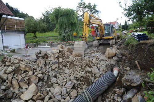 Der Baufortschritt wird durch Felsvorkommen verzögert.