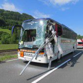 Reisebus mit 24 Kindern an Bord verunglückt