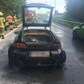 Auto auf A 14 in Flammen