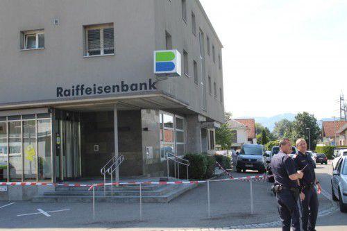 Der Tatort nach dem Überfall: Die Raiffeisenbank an der Nibelungenstraße in Hohenems-Herrenried.