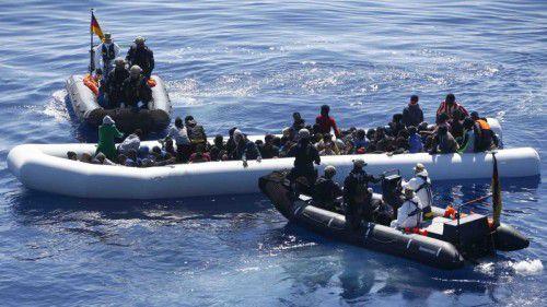 """Marinesoldaten eines deutschen Kriegsschiffes nehmen sich im Rahmen der """"Operation Sophia"""" Bootsflüchtlingen im Mittelmeer an. ap"""