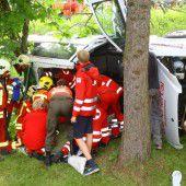 Pkw rollt führerlos weg: Unfall mit Verletzter
