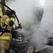 Jeep geht am Berg über Ems in Flammen auf