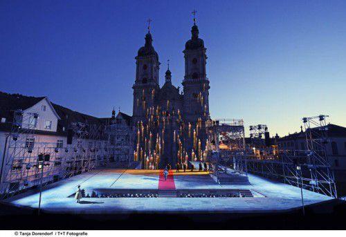 """Die Oper """"Le Cid"""" bildet im Klosterhof das Zentrum der St. Galler Festspiele."""