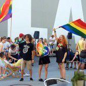 250 Menschen auf erster Regenbogenparade