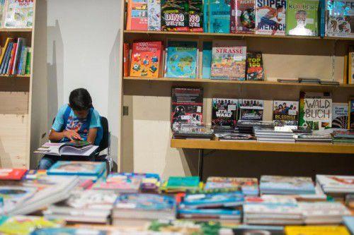Die Sitze zum Schmökern waren stets besetzt. Schüler aus Mäder präsentierten Bilderbücher für die Jüngsten (rechts oben). Autor Rudolf Gigler bei einer Lesung (kleines Bild rechts).