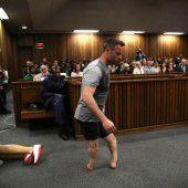 Pistorius legt im Gericht seine Prothesen ab
