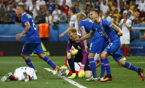 Ein Bild mit Symbolcharakter: England am Boden, Torhüter Joe Hart total geschockt und Islands Spieler in Jubelpose, links Ragnar Sigurdsson, der den Ausgleich für den späteren Sieger erzielte.