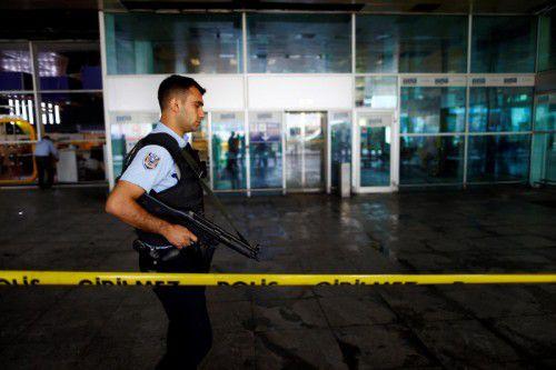 Ein Polizeioffizier patrouilliert am Atatürk-Flughafen.
