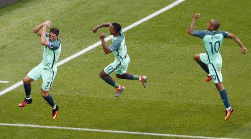 Eingespielter Torjubel: Portugals Cristiano Ronaldo (links) und seine Teamkollegen Nani und Joao Mario möchten im Viertelfinale gegen Polen wieder Freudensprünge machen.