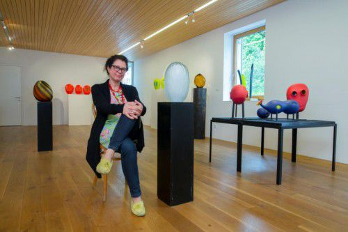 Eva Moosbrugger inmitten einiger ihrer Werke. Sie sind derzeit in Schwarzenberg ausgestellt.
