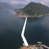 Christo lässt über den See schreiten